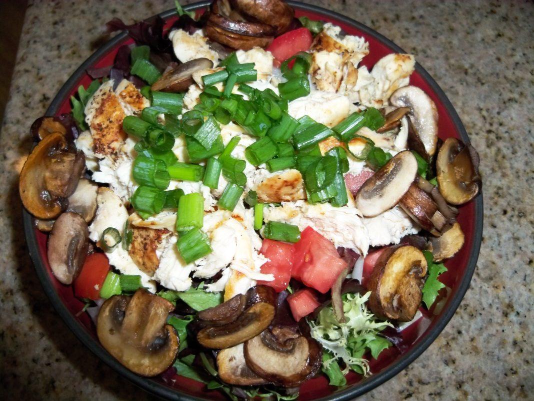 Салат курица с грибами и горошком