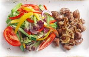 Куриные сердечки жареные с луком, перцем и томатами