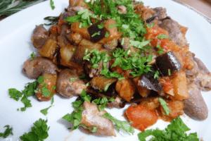 Салат из куриных сердечек с баклажанами и сыром