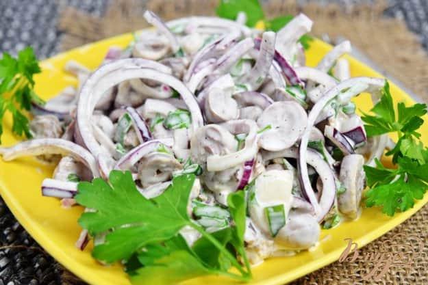 Салат из куриных сердечек с луком