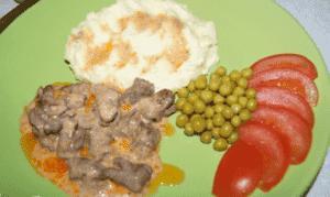 Сердечки куриные тушеные в сметане - с гарниром и овощами