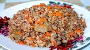 Желудки и сердечки куриные тушеные в сметане (с гречневой кашей)