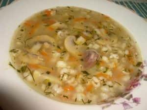 Суп из куриных желудков с грибами и перловкой