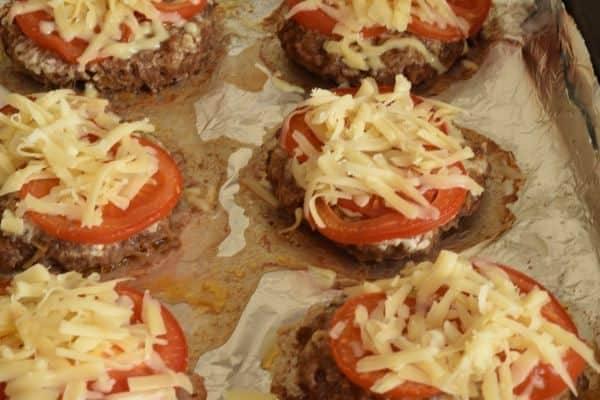 Котлеты в духовке, запеченные с помидорами и сыром