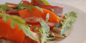 Салат с тыквой, беконом и рукколой