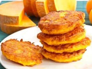 Оладьи из сырой тыквы готовятся быстро и вкусно