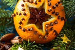 Креативная ёлка получается с необычным украшением - апельсиновой аромалампой