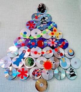 Креативная ёлка из дисков - отличная идея для офиса IT-компании