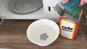 Очистить микроволновку от жира изнутри можно с помощью уксуса и соды