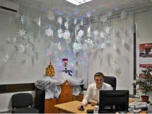 Как украсить потолок к Новому году в офисе