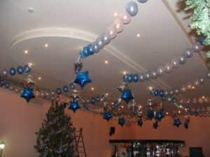 Новогоднее украшение потолка воздушными шариками