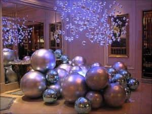 Как украсить потолок на Новый год шариками (фото)