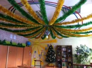 Украшение потолка на Новый год мишурой