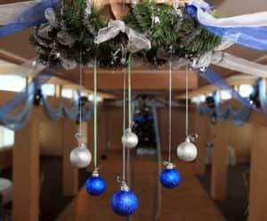 Украшение потолка шариками к Новому году