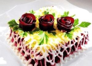 Украсить сельдь под шубой можно цветами из свеклы