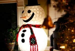 Снеговик из пластиковых стаканчиков своими руками - оригинальная поделка к Новому году