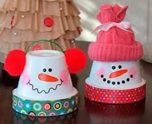 Снеговик из одноразовых бумажных стаканчиков (для кофе)