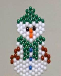 Новогодняя игрушка из бисера: снеговик