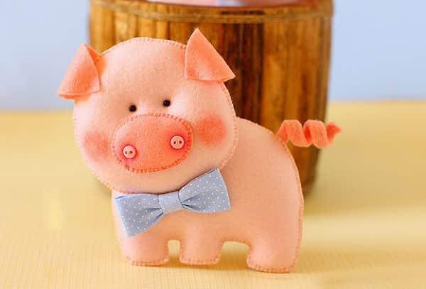 Украсить ёлку к Году Свиньи хорошо таким милым поросёночком