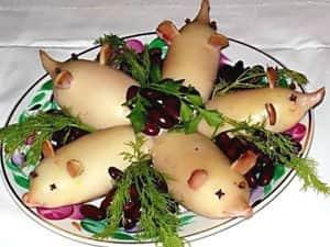 Оформление салата к Году свиньи (салат из кальмаров)