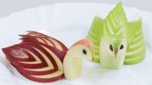 Как нарезать яблоки на праздничный стол: лебеди