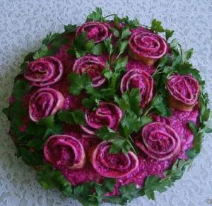 Украсить салат под шубой можно розами из блинов