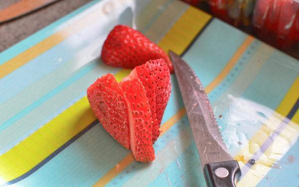 Украшение торта клубникой: как нарезать ягоды