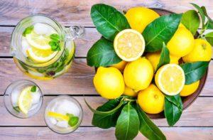 Лимонная вода для питья прекрасно утоляет жажду и насыщает витаминами