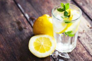 Лимон с водой лучше пить с утра и перед приемом пищи