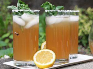Напиток с лимоном, зеленым чаем и мятой