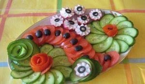 Как красиво нарезать огурцы и помидоры: ассорти овощное