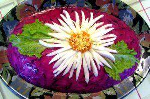 Как украсить сельдь под шубой (фото с цветами из яиц)
