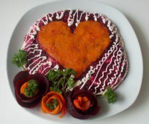 Украшение салата «Сельдь под шубой» в форме сердечка