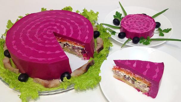 Украсить салат под шубой можно в форме торта