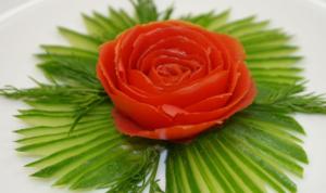 Как красиво нарезать помидоры и огурцы: цветок розы