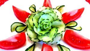 Красиво нарезать огурцы и помидоры можно в домашних условиях