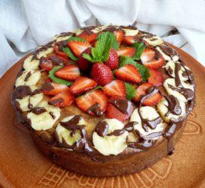 Как украсить торт клубникой (фото)