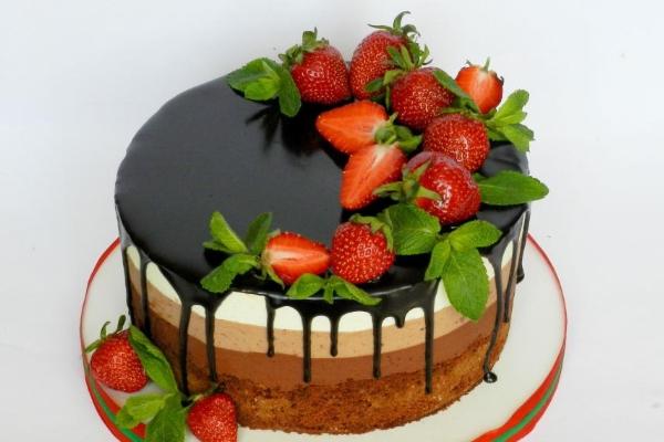 Как украсить торт клубникой и шоколадом