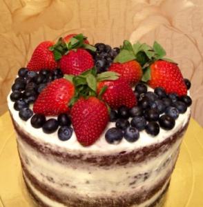 Как украсить торт свежими ягодами: клубника и черника