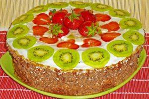 Украшение торта клубникой и киви