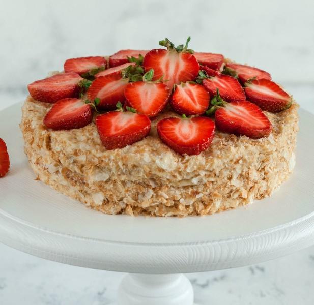 Как украсить торт клубникой к Дню Святого Валентина