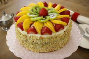 Украшение торта свежей клубникой, киви и персиками (фото)