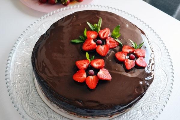 Украшение торта клубникой: шоколадный торт с цветами