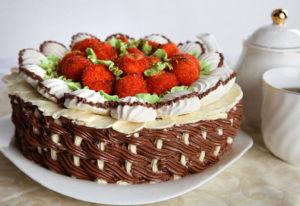 Как украсить торт клубникой к Дню рождения (фото)